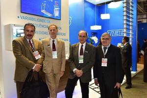 Dr. Dalmo Moreira (esquerda) e Dr. Francisco França (direita) visitam o stand.
